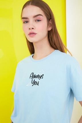 TRENDYOLMİLLA Açık Mavi Nakışlı Semi-Fitted Örme T-Shirt TWOSS21TS0786 4