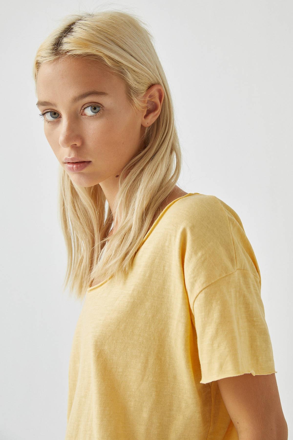 Pull & Bear Kadın Açık Sarı Biyeli Dikişli Basic T-Shirt 05236307 3