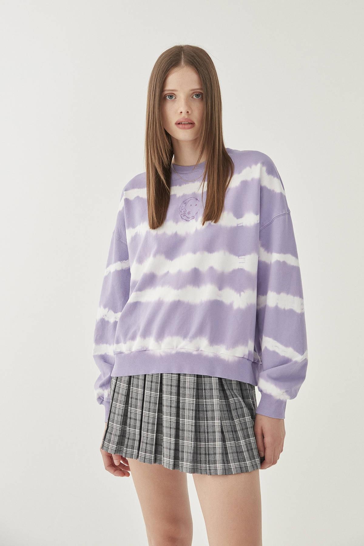 Pull & Bear Kadın Lila Ay İşlemeli Mor Batik Sweatshirt 09594314 0