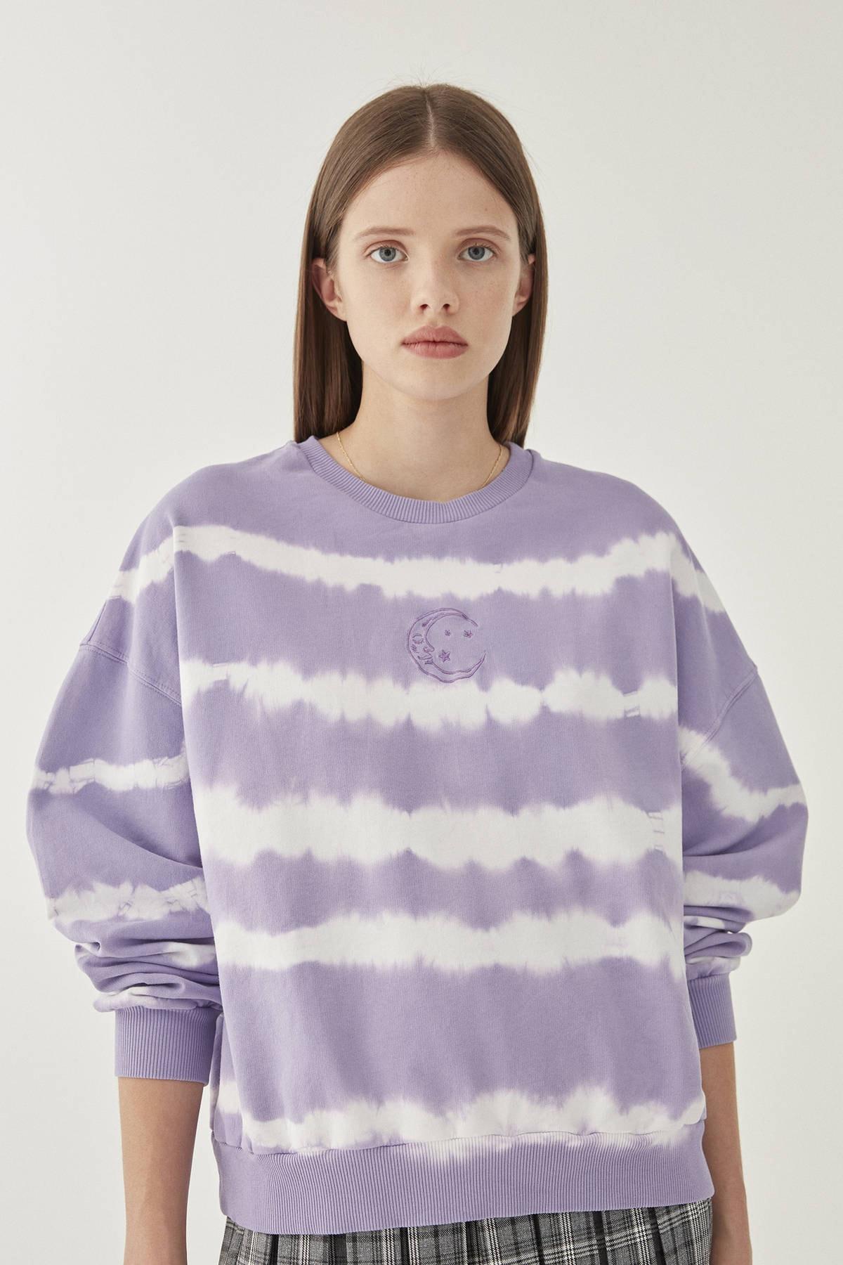 Pull & Bear Kadın Lila Ay İşlemeli Mor Batik Sweatshirt 09594314 1