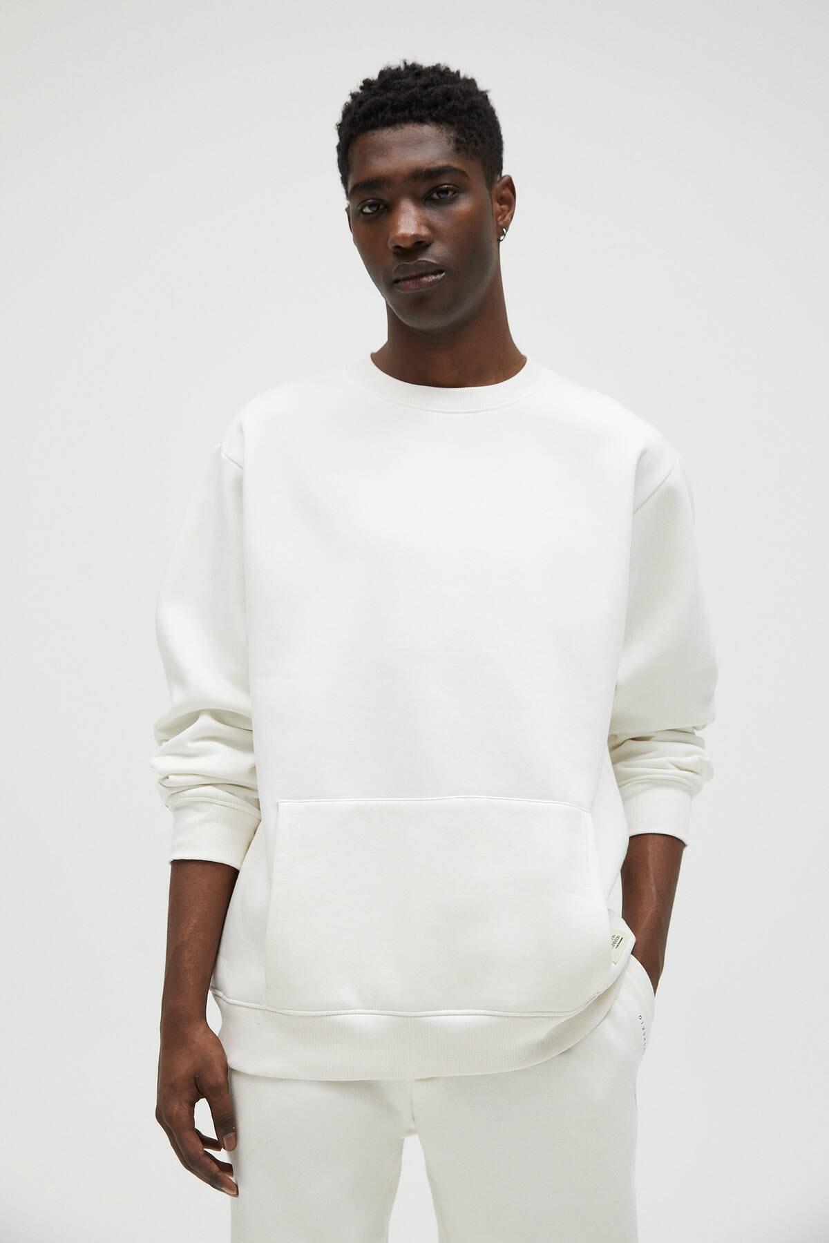 Pull & Bear Erkek Kırık Beyaz Cepli Logo İşlemeli Sweatshirt 04591561 0