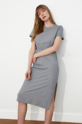 TRENDYOLMİLLA Gri Çizgili Yırtmaç Detaylı Örme Elbise TWOSS21EL0507 2