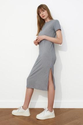 TRENDYOLMİLLA Gri Çizgili Yırtmaç Detaylı Örme Elbise TWOSS21EL0507 1