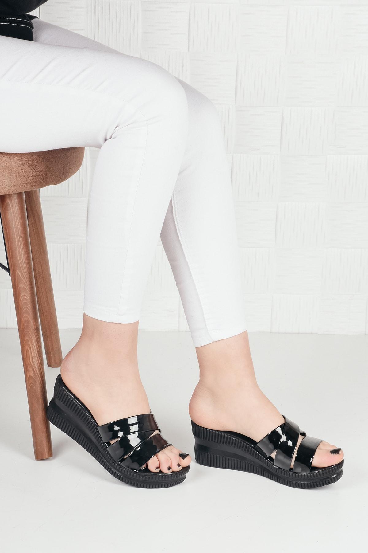 Kadın Siyah Rugan Üç Bant Dolgu Topuk Terlik