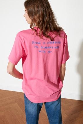 TRENDYOLMİLLA Fuşya Sırt Baskılı Boyfriend Örme T-Shirt TWOSS21TS1104 0
