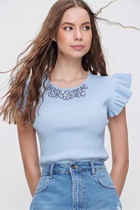 Trend Alaçatı Stili Kadın Mavi Metal Aksesuarlı Kolu Fırfırlı Kaşkorse Bluz ALC-X5978 1