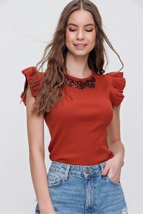 Trend Alaçatı Stili Kadın Tarçın Metal Aksesuarlı Kolu Fırfırlı Kaşkorse Bluz ALC-X5978 2