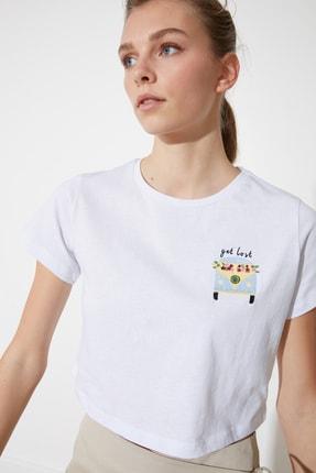 تصویر از Beyaz Nakışlı Crop Örme T-Shirt TWOSS21TS0096