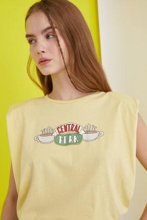 TRENDYOLMİLLA Sarı Friends Lisanslı Baskılı Vatkalı Örme T-Shirt TWOSS21TS0017 1