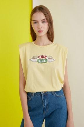 TRENDYOLMİLLA Sarı Friends Lisanslı Baskılı Vatkalı Örme T-Shirt TWOSS21TS0017 2
