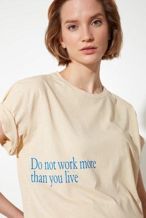 تصویر از Bej Baskılı Boyfriend Örme T-Shirt TWOSS21TS1143