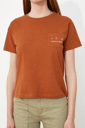 TRENDYOLMİLLA Tarçın Nakışlı Semifitted Örme T-Shirt TWOSS21TS0098 2