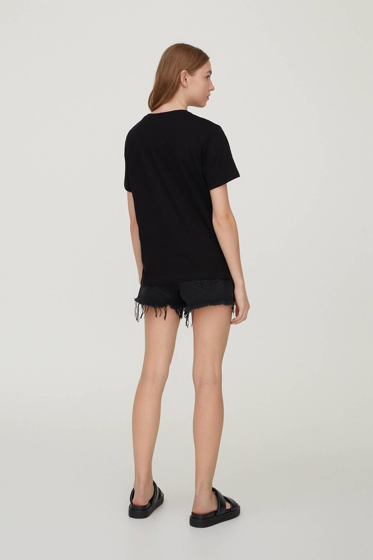 Pull & Bear Kadın Siyah Plaka Görselli T-Shirt 09247392 2