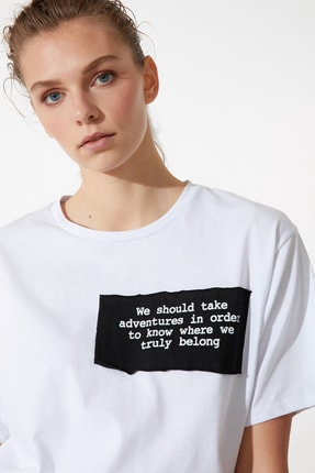 تصویر از Beyaz Boyfriend Dokuma Patchli Örme T-Shirt TWOSS21TS0768