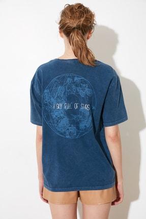 TRENDYOLMİLLA Indigo Yıkamalı ve Varak Baskılı Boyfriend Örme T-Shirt TWOSS21TS0854 4