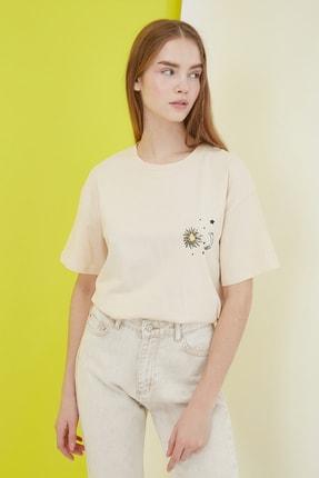 TRENDYOLMİLLA Bej Baskılı Boyfriend Örme T-Shirt TWOSS21TS0800 2