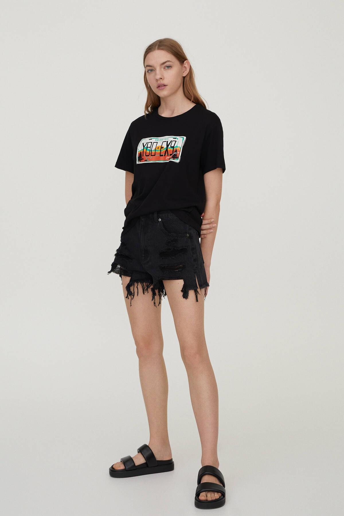 Pull & Bear Kadın Siyah Plaka Görselli T-Shirt 09247392 1