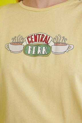 TRENDYOLMİLLA Sarı Friends Lisanslı Baskılı Vatkalı Örme T-Shirt TWOSS21TS0017 3