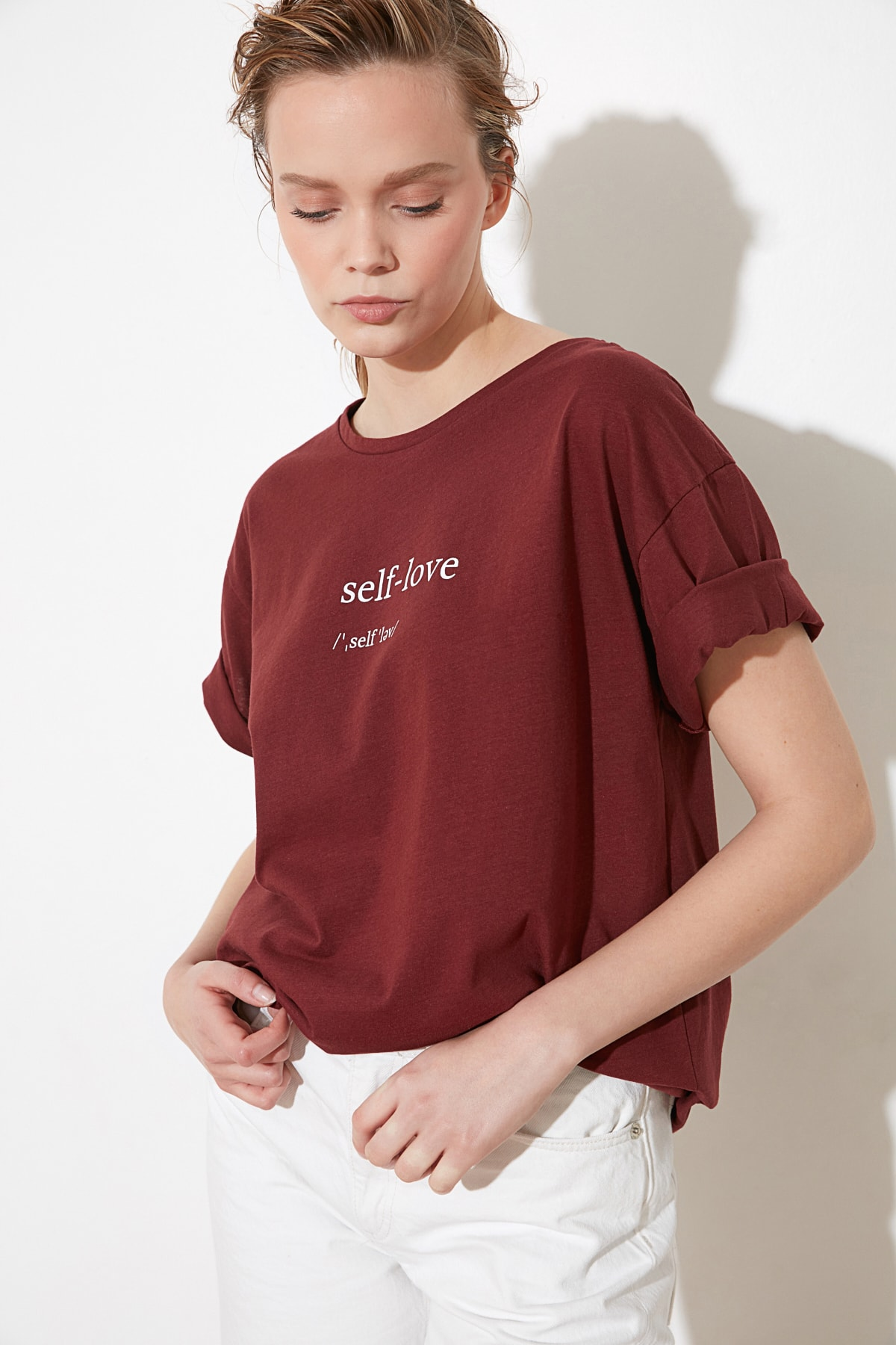 TRENDYOLMİLLA Kahverengi Baskılı Boyfriend Örme T-Shirt TWOSS21TS1305