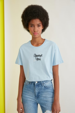 TRENDYOLMİLLA Açık Mavi Nakışlı Semi-Fitted Örme T-Shirt TWOSS21TS0786 0