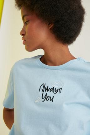 TRENDYOLMİLLA Açık Mavi Nakışlı Semi-Fitted Örme T-Shirt TWOSS21TS0786 1