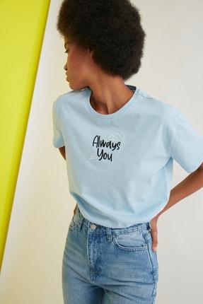 TRENDYOLMİLLA Açık Mavi Nakışlı Semi-Fitted Örme T-Shirt TWOSS21TS0786 2
