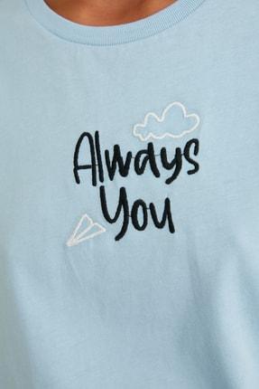 TRENDYOLMİLLA Açık Mavi Nakışlı Semi-Fitted Örme T-Shirt TWOSS21TS0786 3