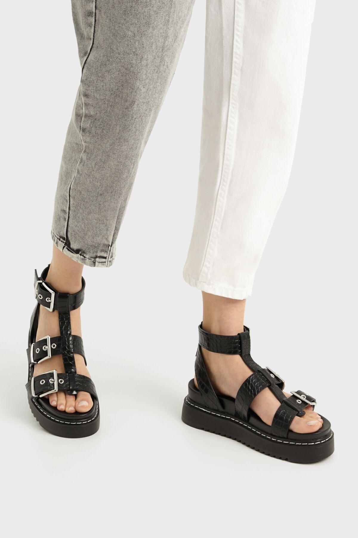 Bershka Kadın Tokalı Ve Kabartma Desenli Platform Sandalet. 1