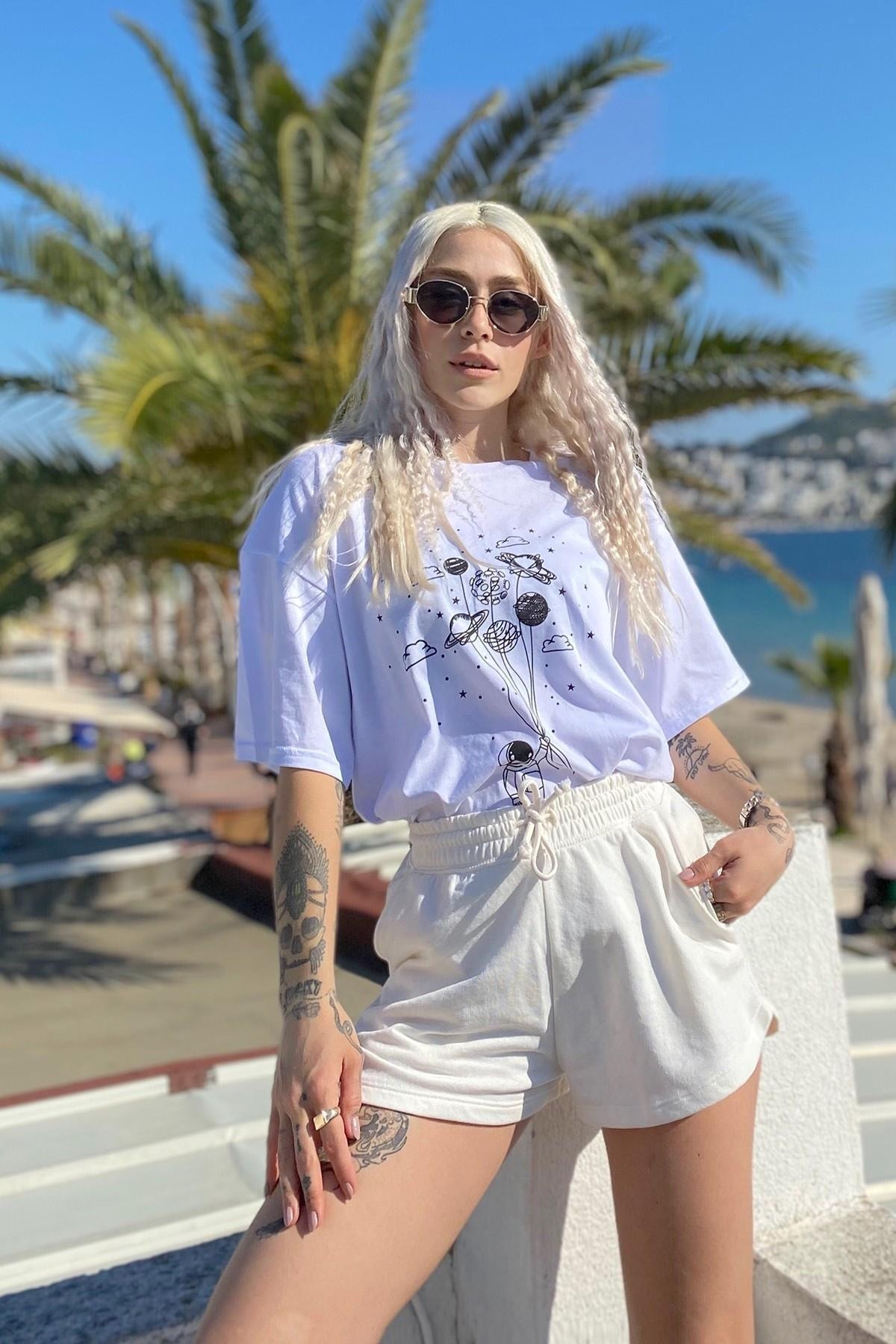 Kadın Beyaz Uzay Baskılı Bisiklet Yaka Tshirt