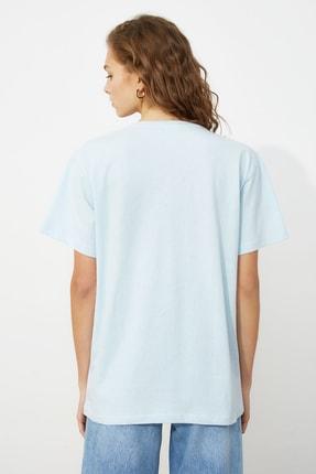TRENDYOLMİLLA Açık Mavi Baskılı Boyfriend Örme T-Shirt TWOSS21TS0061 4