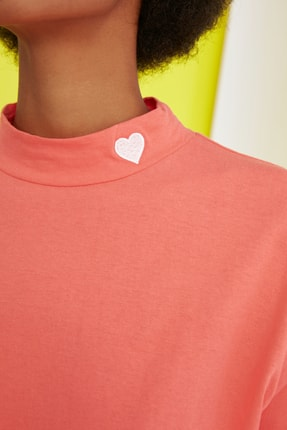 TRENDYOLMİLLA Turuncu Nakışlı Dik Yaka Basic Örme T-Shirt TWOSS21TS1284 2