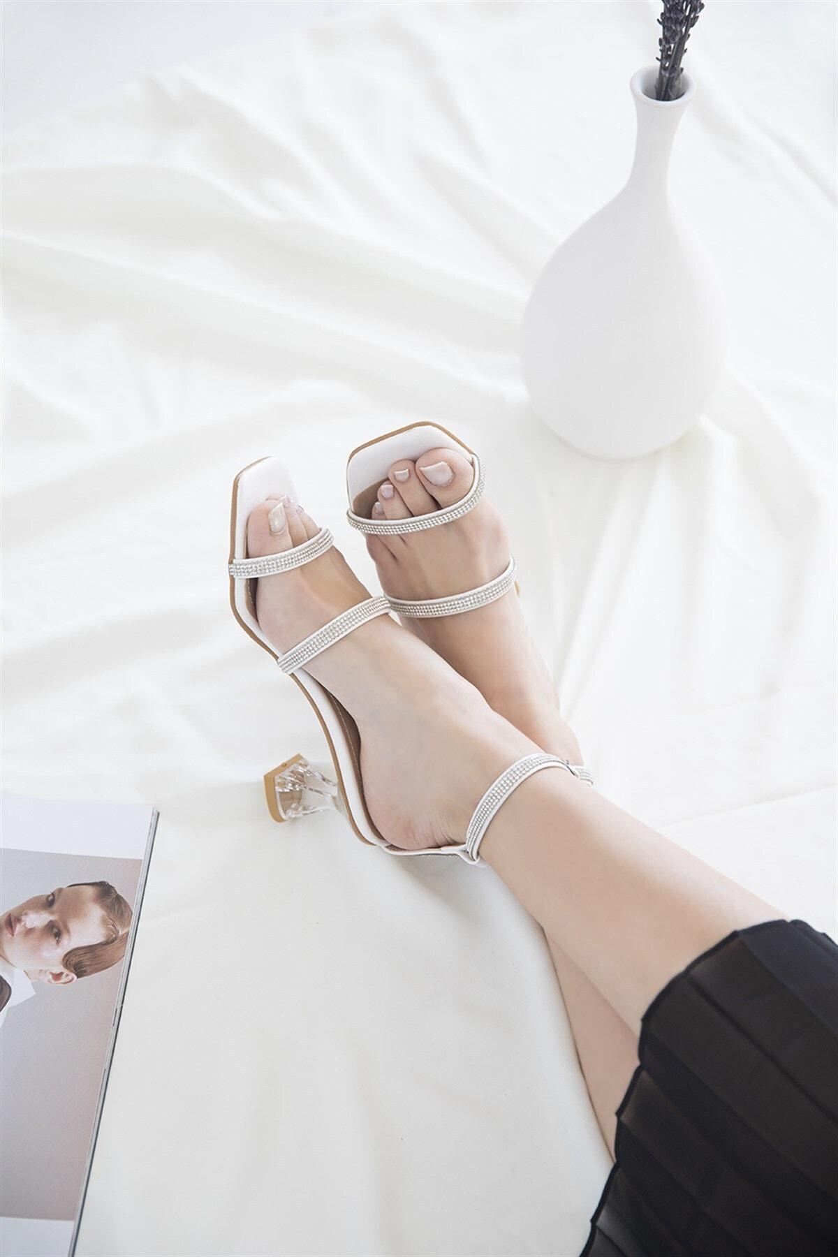 Kadın Beyaz Taş Detay Topuklu Deri Sandalet