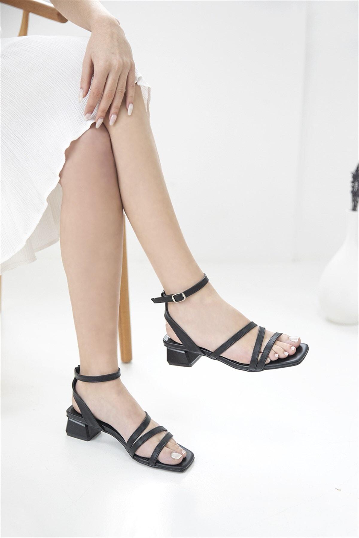 Kadın Siyah Pound Topuklu Küt Burun Sandalet