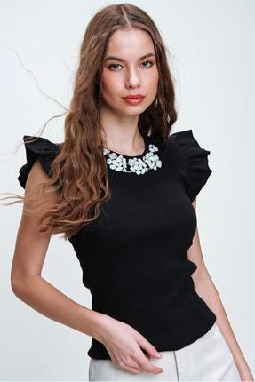 Trend Alaçatı Stili Kadın Siyah Metal Aksesuarlı Kolu Fırfırlı Kaşkorse Bluz ALC-X5978 2