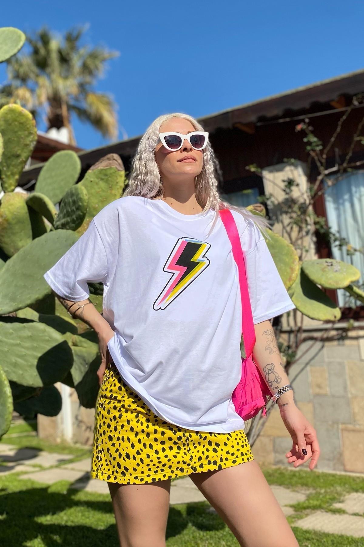 Kadın Beyaz Şimşek Baskılı Bisiklet Yaka Tshirt