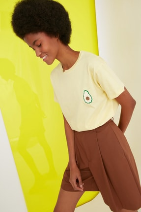 TRENDYOLMİLLA Sarı Semifitted Baskılı Örme T-Shirt TWOSS21TS0338 1