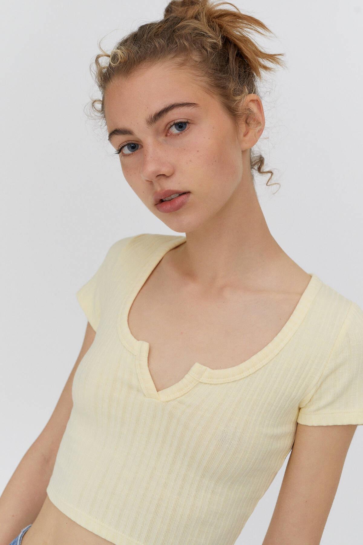 Pull & Bear Kadın Sarı Açıklık Detaylı Yakalı T-Shirt 3