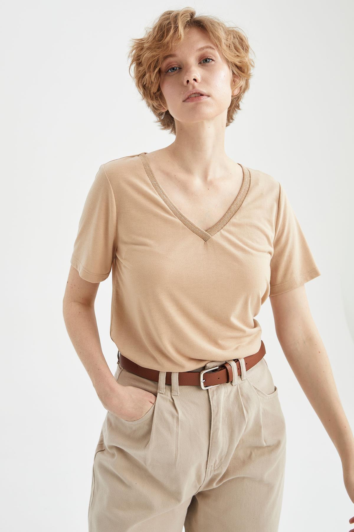 Kadın Bej V Yaka Basic Relax Fit Kısa Kollu Tişört