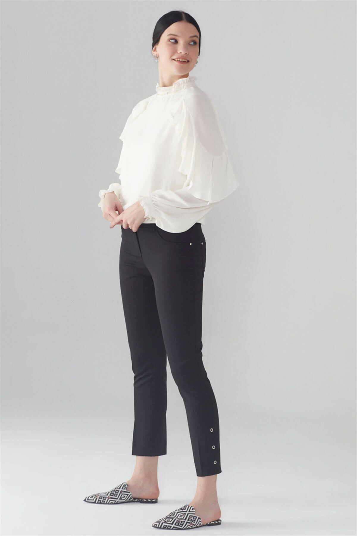 Kadın Siyah Paça Rivet Detaylı Pantolon P-0107