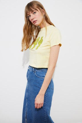 TRENDYOLMİLLA Sarı Baskılı Crop Örme T-Shirt TWOSS21TS2445 3