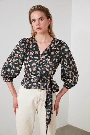 TRENDYOLMİLLA Petrol Çiçek Desenli Bağlama Detaylı Saten Bluz TWOSS20BZ0675 1
