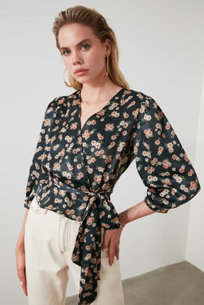 TRENDYOLMİLLA Petrol Çiçek Desenli Bağlama Detaylı Saten Bluz TWOSS20BZ0675 2