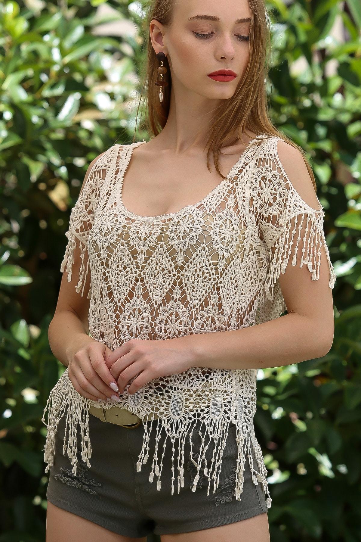 Chiccy Kadın Krem Vintage Çiçek Desenli Omuzları Pencereli Crop Tığ Işi Görünümlü Bluz M10010200BL96104 3