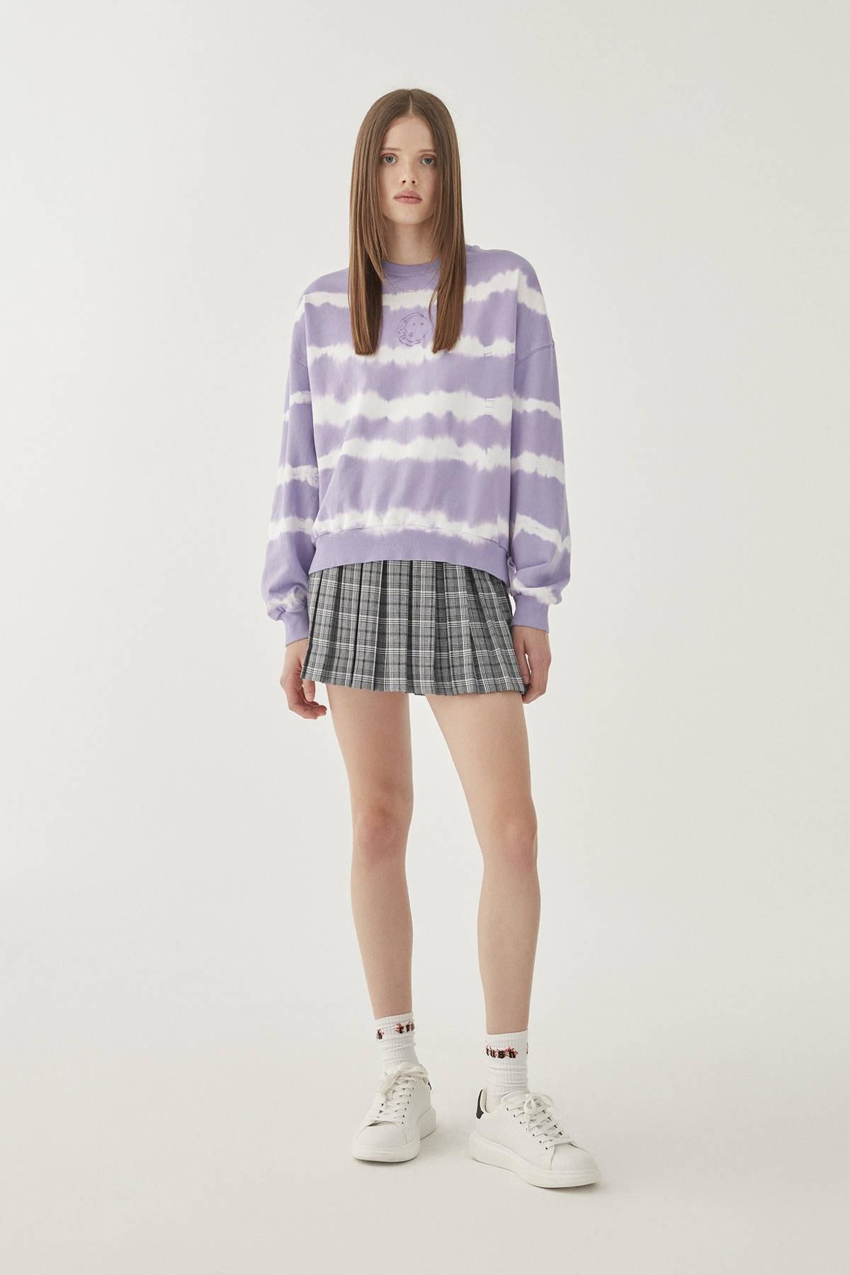 Pull & Bear Kadın Lila Ay İşlemeli Mor Batik Sweatshirt 09594314 2