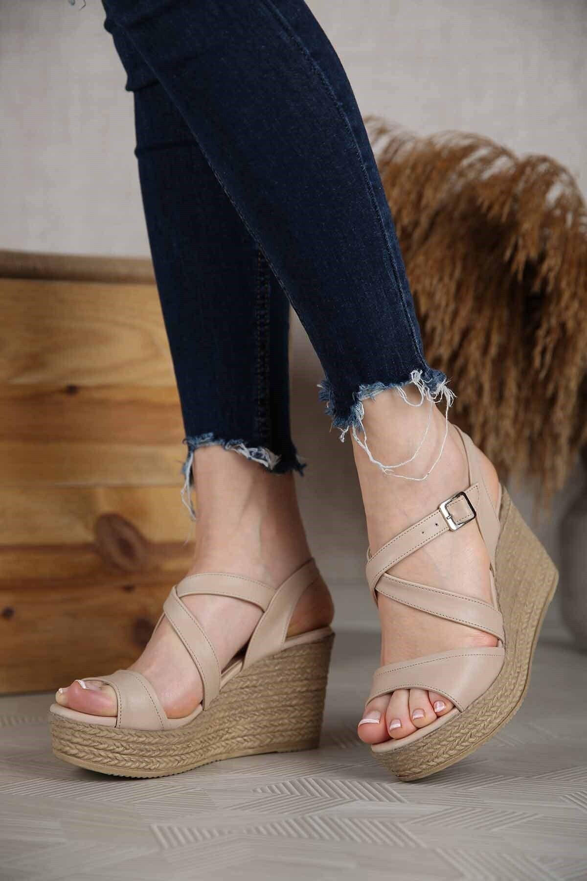 Kadın Bej Çapraz Bantlı Dolgu Topuklu Sandalet
