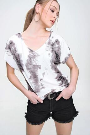 Şimal Kadın Yan Yırtmaçlı V Yaka Baskılı Salaş T-Shirt 3