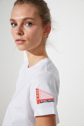 TRENDYOLMİLLA Beyaz Nakışlı Crop Örme T-Shirt TWOSS21TS0093 2