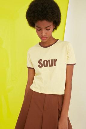 TRENDYOLMİLLA Sarı Baskılı Crop Örme T-Shirt TWOSS21TS0889 1