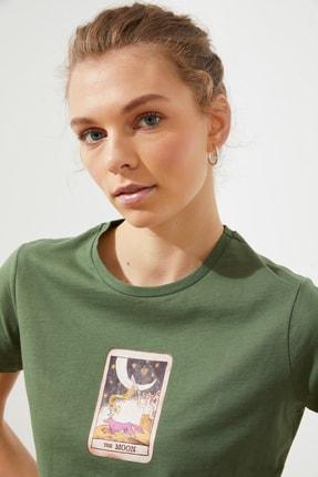 TRENDYOLMİLLA Haki Baskılı Crop Örme T-Shirt TWOSS21TS1137 2