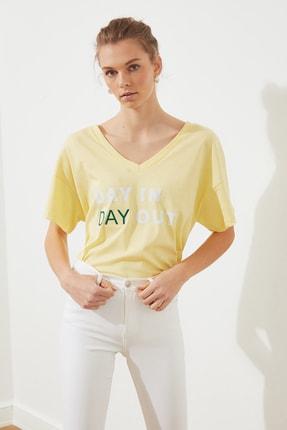 TRENDYOLMİLLA Sarı Baskılı Ön ve Arka V Yaka Boyfriend Örme T-Shirt TWOSS20TS0506 2